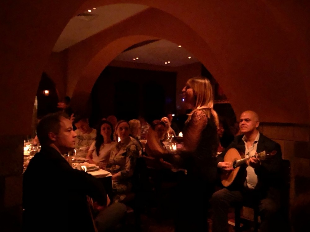 Incredible fado performance and mesmerized audience at O Faia
