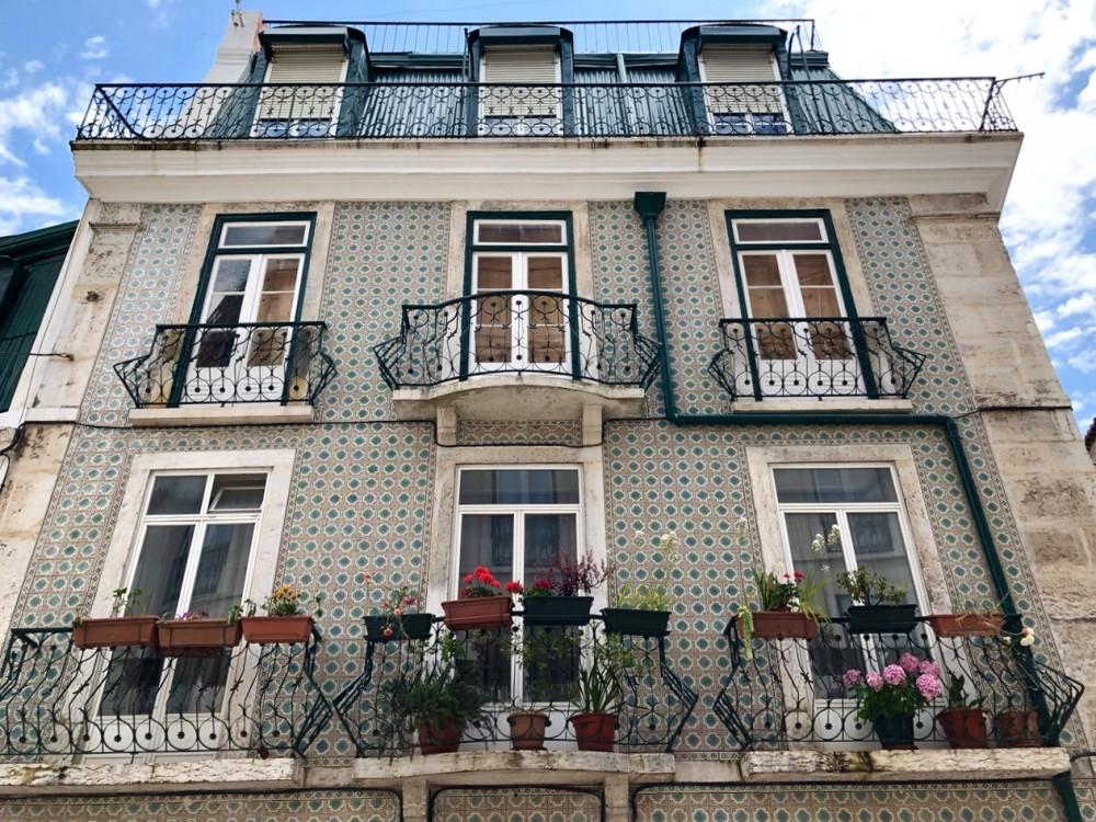 Building in Alfama neighborhood in Lisbon - Passport and Spice